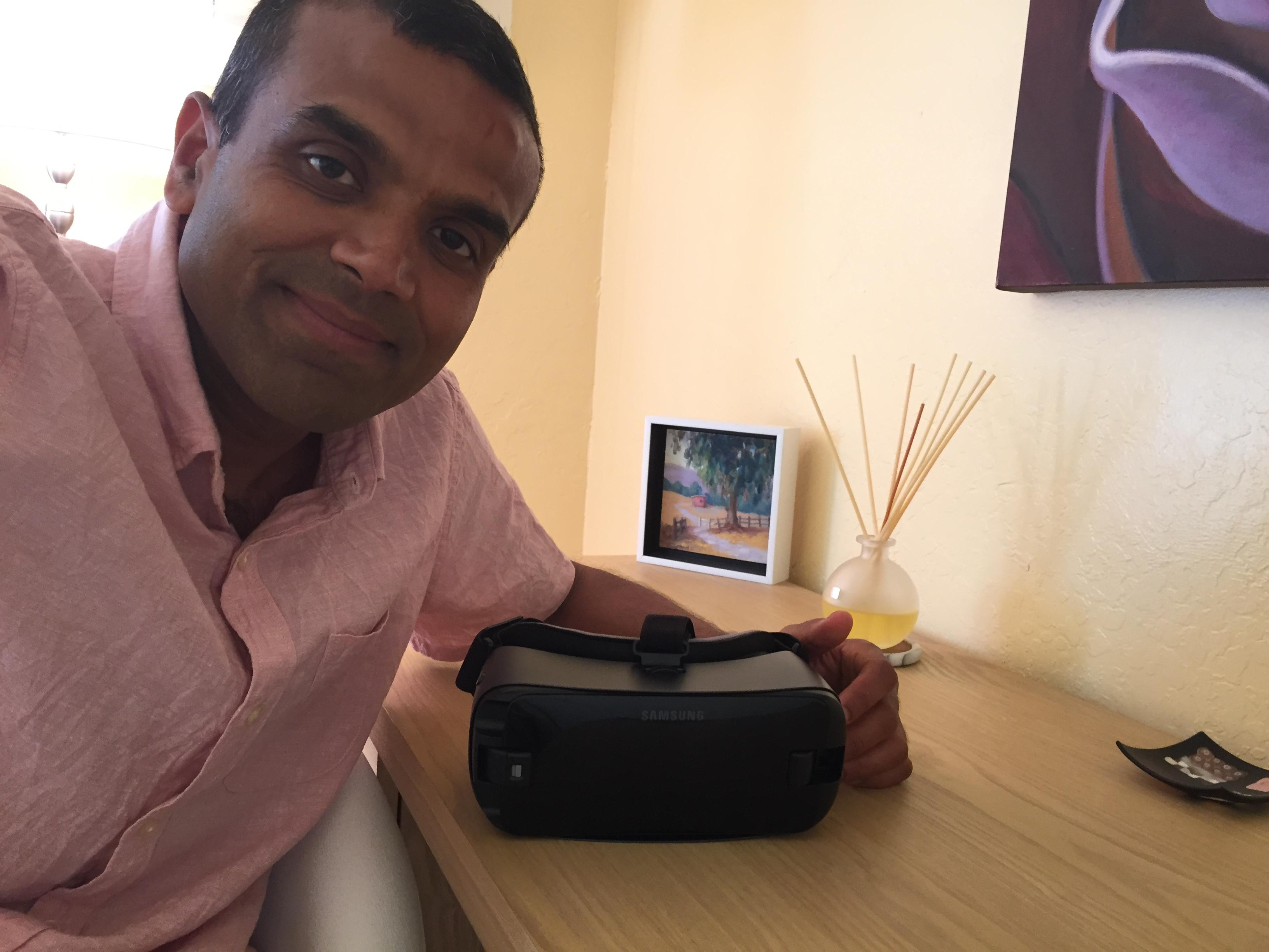 Rajesh Kadam junto a su gafas Psious